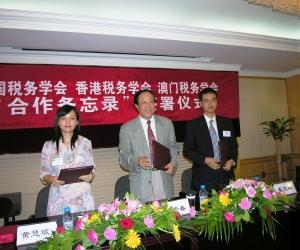 2005 中國稅務學會、澳門稅務學會及香港稅務學會合作備忘錄 -各會領導於簽署儀式上